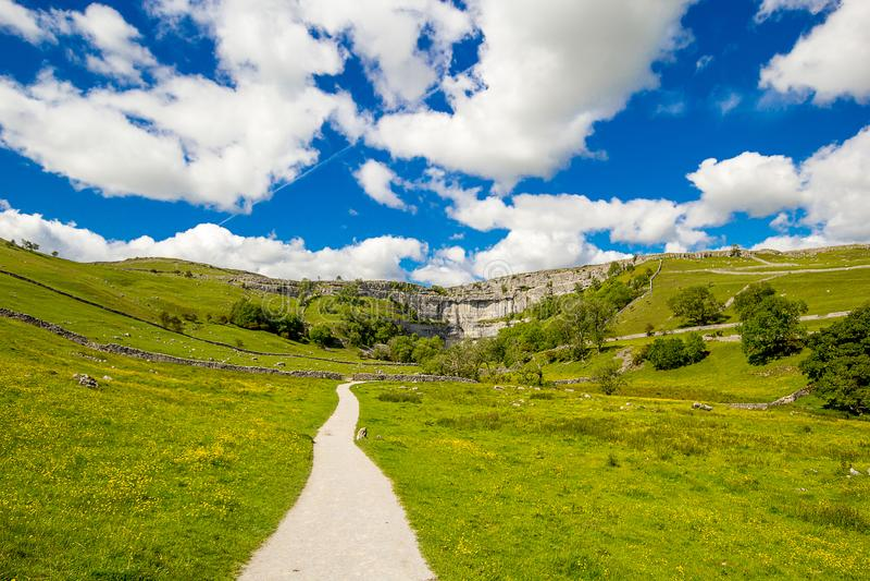 Een pad naar Malham Cove Yorkshire Dales op een mooie zomerdag royalty-vrije stock afbeelding