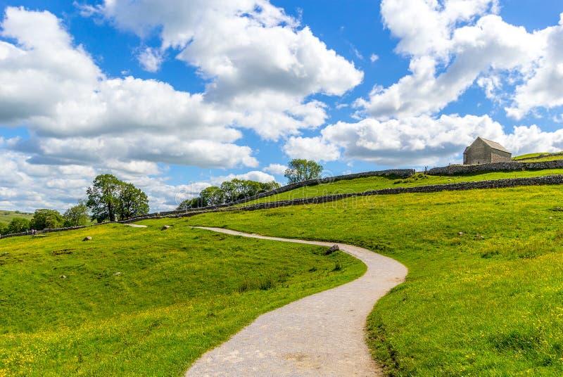 Een pad naar Malham Cove Yorkshire Dales op een mooie zomerdag royalty-vrije stock afbeeldingen