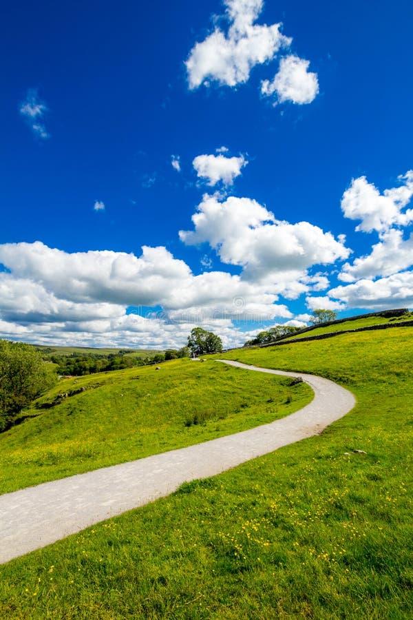 Een pad naar Malham Cove Yorkshire Dales op een mooie zomerdag stock fotografie