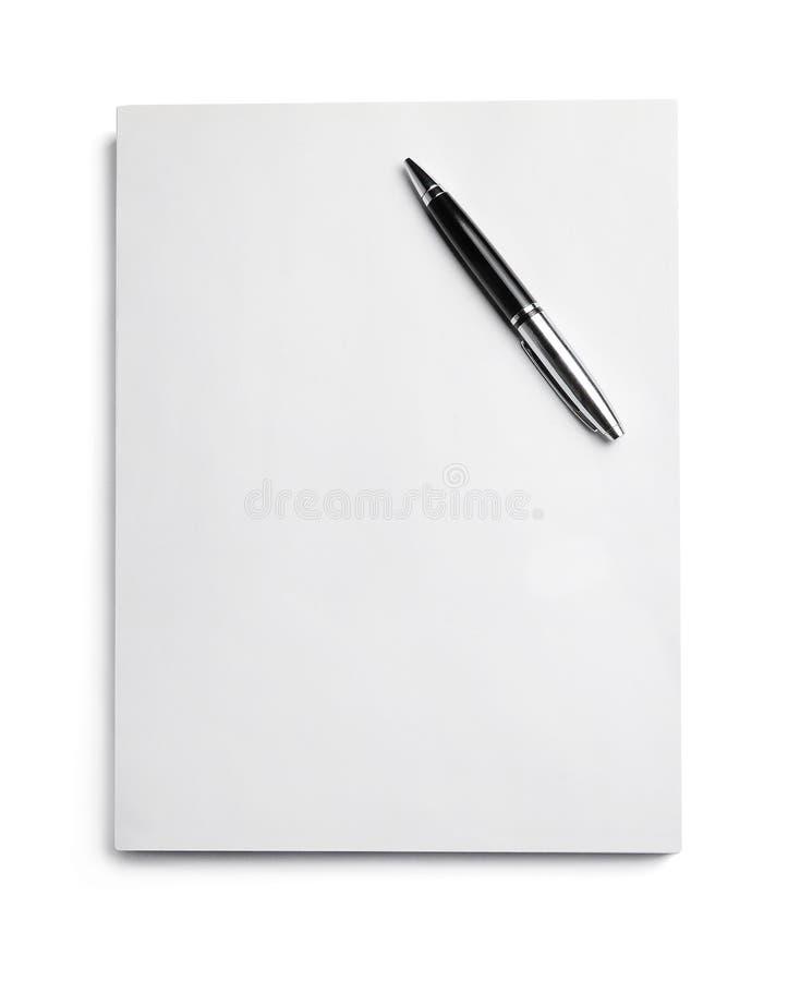 Een pak van document waarop de pen rust Witte achtergrond Strikte bedrijfsstijl royalty-vrije stock fotografie