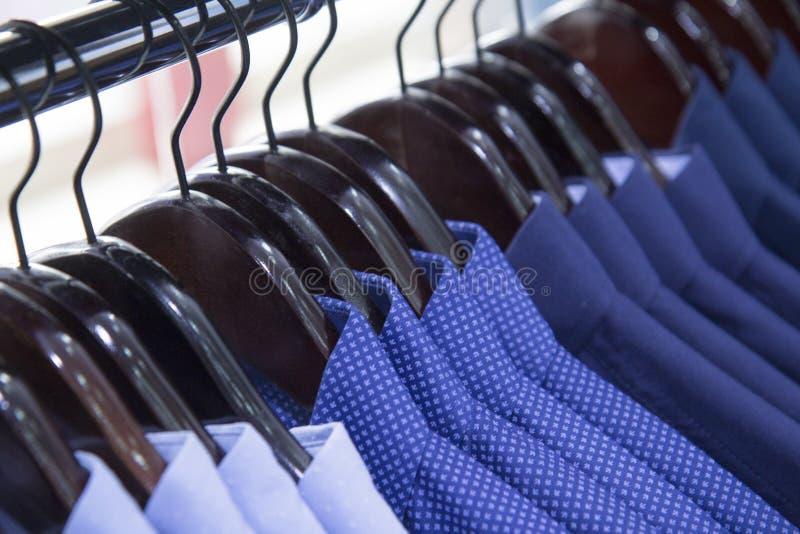 Een pakhuis, opslagfoto van partijoverhemden, veelkleurig, de mensenkleren van de winkelmanier stock foto