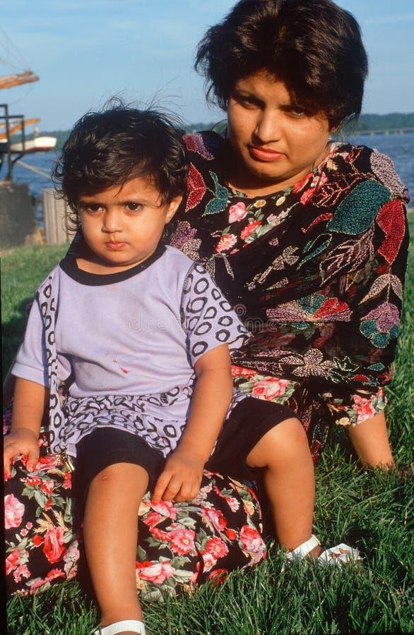 Een Pakistaans moeder en een kind bij een haven, Alexandrië, VA royalty-vrije stock fotografie