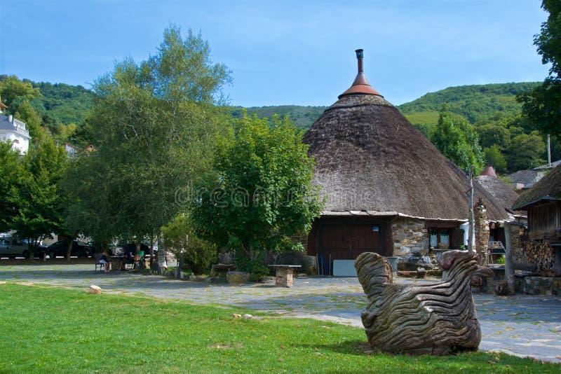 Een palloza is een traditionele woning van Galacians in noordwestenspanje stock foto's
