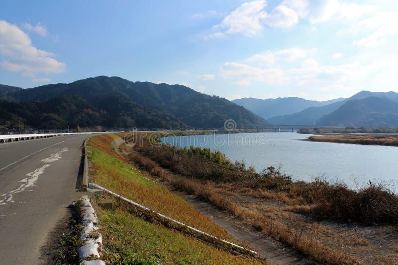 Een panorama van Kuma-Rivier van een riverbankweg stock foto