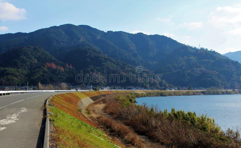 Een panorama van Kuma-Rivier van een riverbankweg stock afbeeldingen