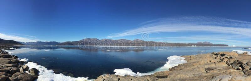 Een panorama van Qikiqtarjuaq, een Inuit-gemeenschap in het hoge Canadese die noordpoolgebied op Broughton-Eiland wordt gevestigd royalty-vrije stock afbeelding