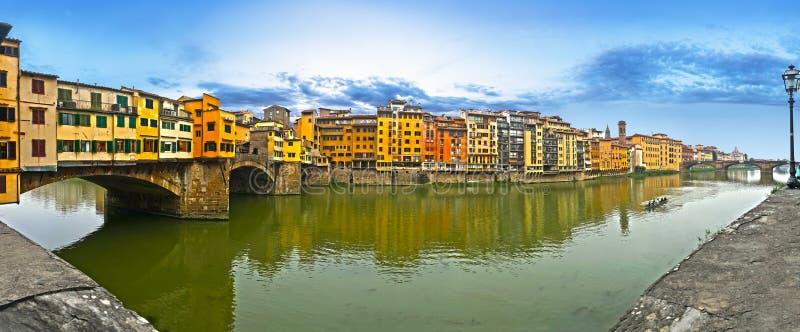Een panoramische dagmening van de beroemde brug van pontevecchio op de arnorivier Florence stock afbeeldingen