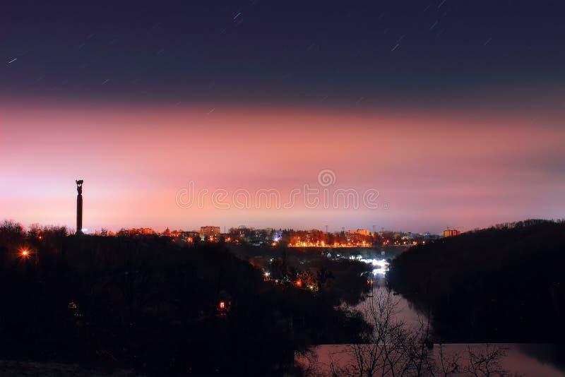 Een panoramische foto van een karmozijnrode zonsondergang royalty-vrije stock fotografie