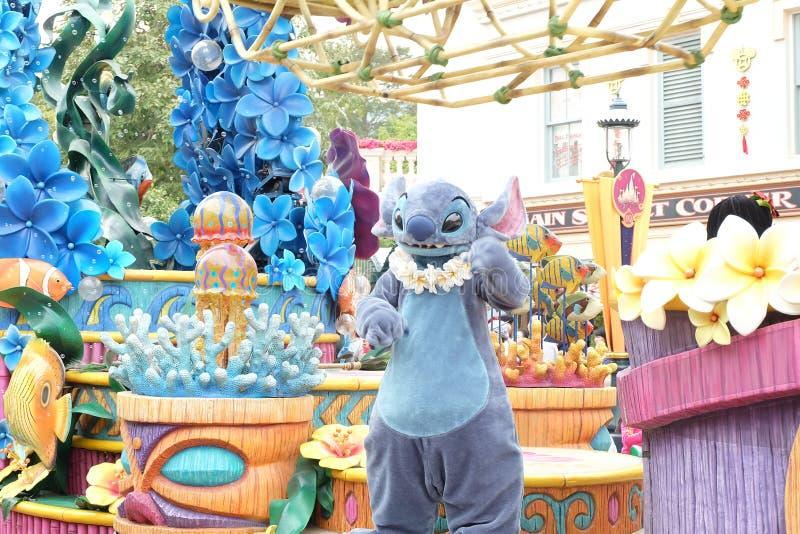 Een parade van de Steek van het beeldverhaalkarakter Een beroemd beeldverhaal van Walt Disney in Hong Kong Disneyland stock afbeelding