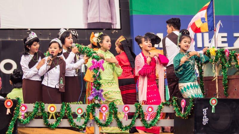 Een parade van kinderen het zingen stock fotografie