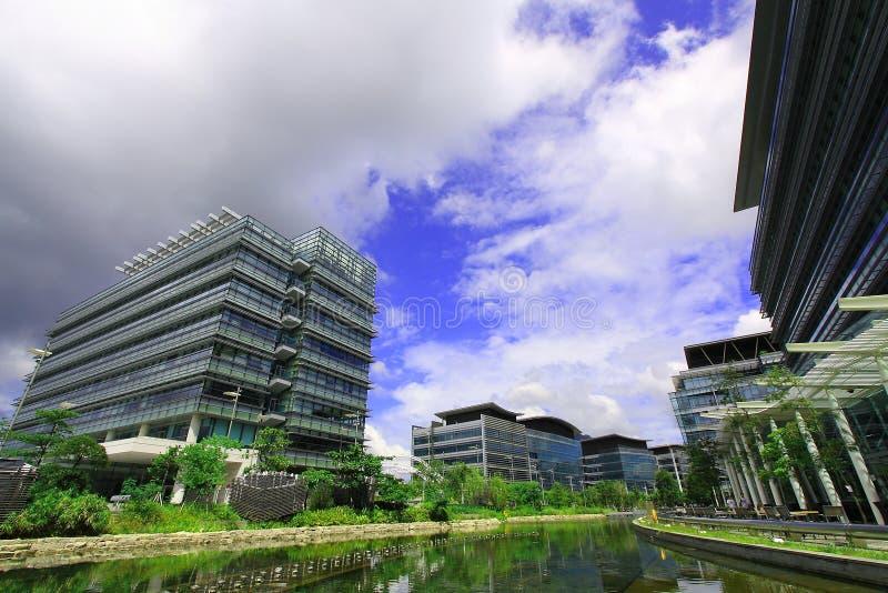 Een park met diverse gebouwen stock afbeelding