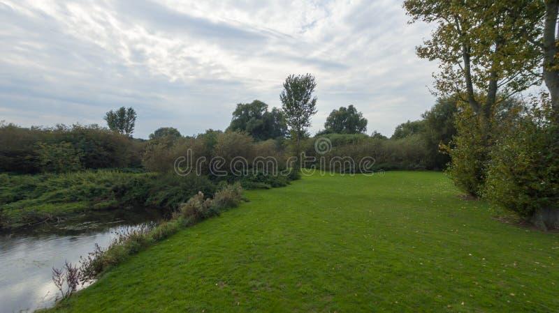 Een park in recent September, mening van een rivier stock foto