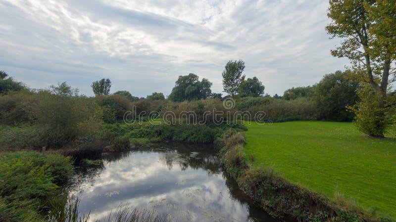 Een park in recent September, mening van een rivier royalty-vrije stock foto