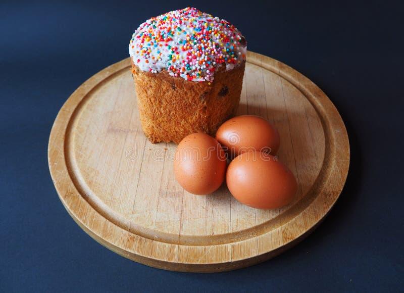 Een Pasen-cake met eieren op de raad stock foto