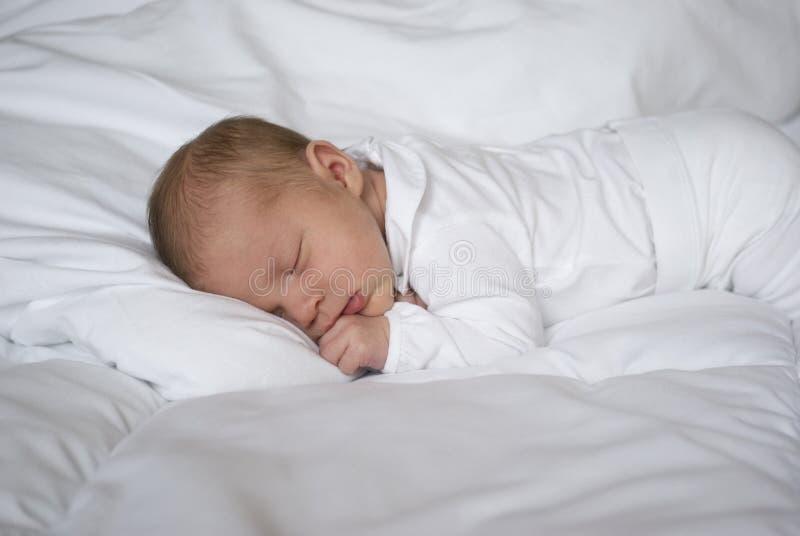 Een pasgeboren babyslaap stock foto's