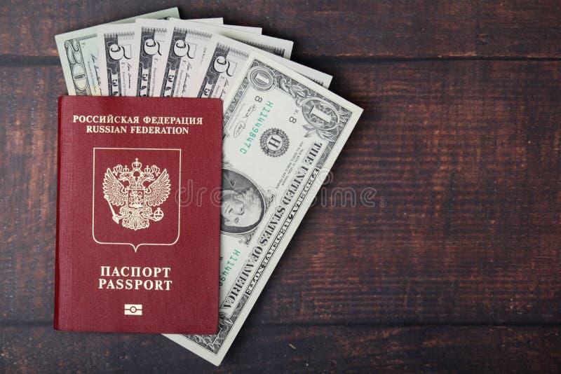 Een paspoort met de Amerikaanse binnenkant van dollarbankbiljetten als werk en reizend concept royalty-vrije stock foto's