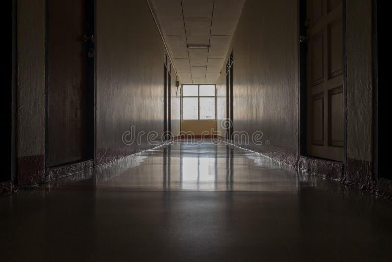 Een passage in dorm zette geen elektrische lampen aan makend tot het de donkere atmosfeer is indrukkend royalty-vrije stock afbeeldingen