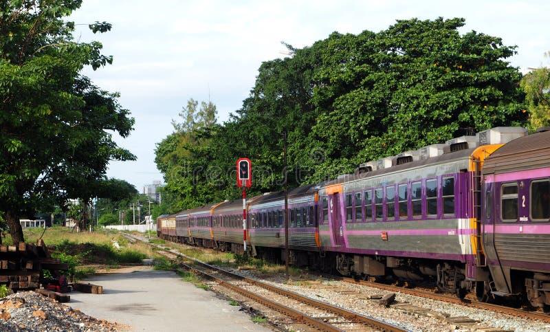 Een passagierstrein verlaat Klap vervolgt post stock afbeeldingen