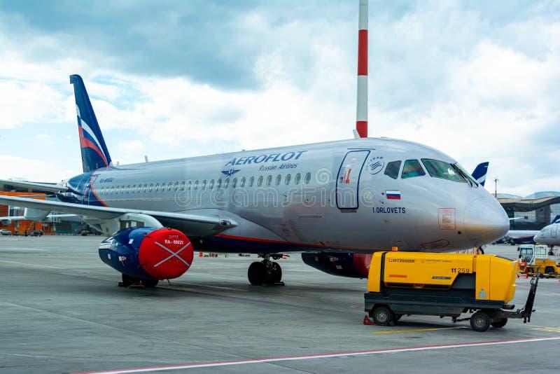 Een passagiersvliegtuig bevindt zich bij de luchthaven in een parkeerplaats die op vertrek, het proces wachten om voorbereidingen royalty-vrije stock afbeeldingen