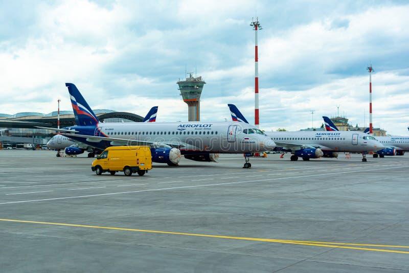 Een passagiersvliegtuig bevindt zich bij de luchthaven in een parkeerplaats die op vertrek, het proces wachten om voorbereidingen stock afbeeldingen