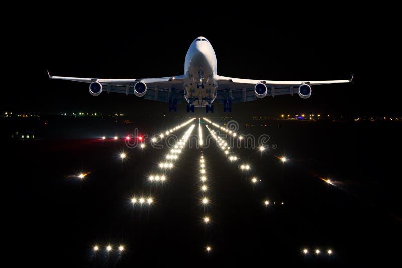 Een passagiersvliegtuig gaat van de luchthavenbaan van start stock fotografie