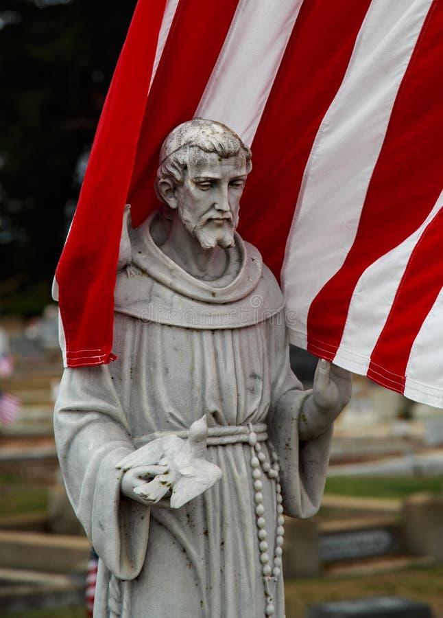 Een patriot wordt hier begraven en de kleuren eren hem op rememberencedag royalty-vrije stock afbeelding