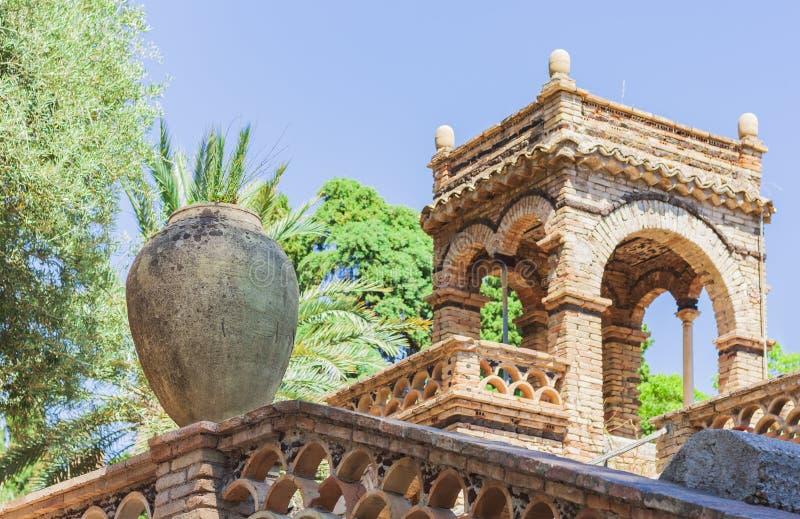 Een paviljoen of een gazebo in een mooi openbaar tuinpark Parco Colonna, Taormina, Sicilië, Italië - Beeld royalty-vrije stock fotografie