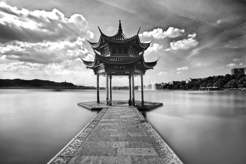 Een paviljoen in het Westenmeer in Hangzhou stock foto