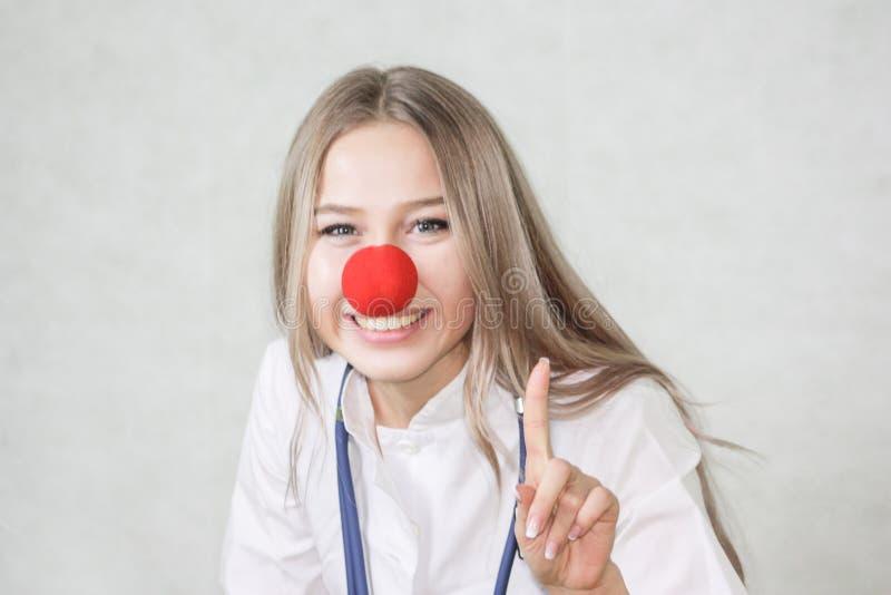 Een pediater met een rode neus Arts stock afbeelding