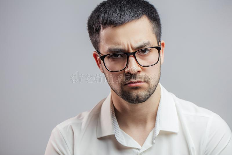 Een peinzende sombere jonge mens die wegens slecht nieuws worden verstoord royalty-vrije stock foto's