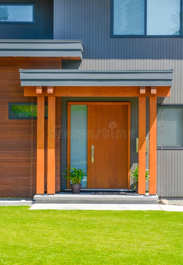 Een perfecte buurt De ingangsdeur van Nice van onlangs vernieuwd woonhuis royalty-vrije stock afbeelding