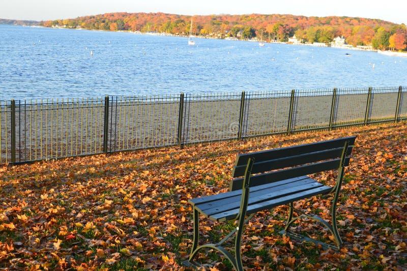 Een Perfecte Plaats om te zitten, Dalingskleuren, Parkbank royalty-vrije stock foto