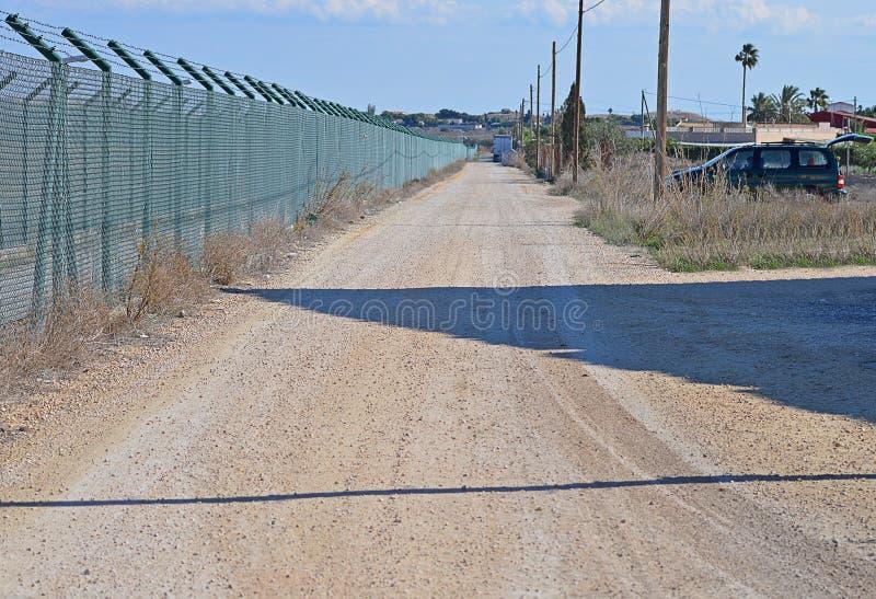 Een Perimeteromheining And Dirt Track royalty-vrije stock afbeelding