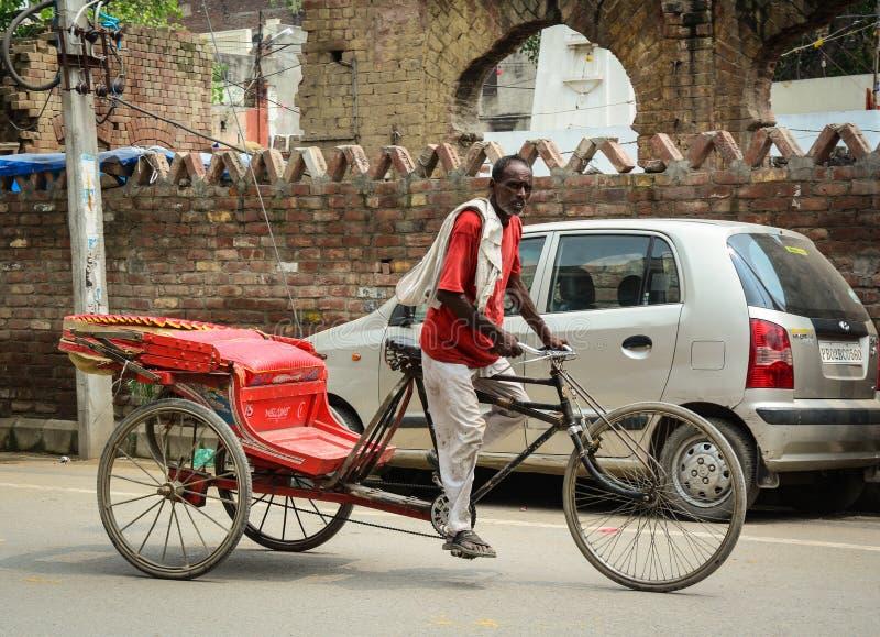 Een personenvervoer pedicab op straat in Amritsar, India stock foto's