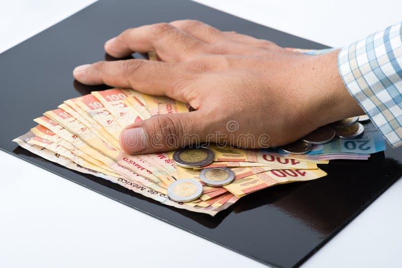 Een persoon die alle geld en documenten voor hun eigen voordeel hamsteren royalty-vrije stock afbeeldingen