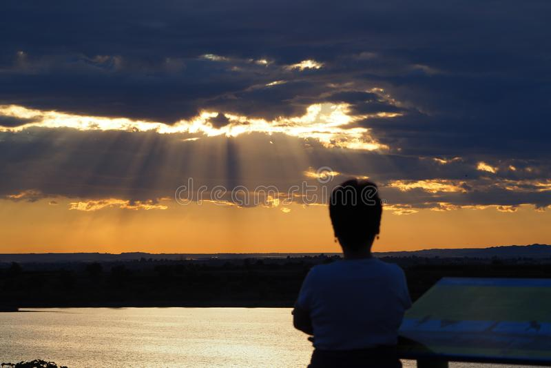 Een persoon die de zonsondergang, Iavars, Mollerussa overwegen stock foto's