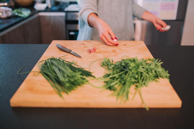 Een persoon kookt groenten stock afbeelding