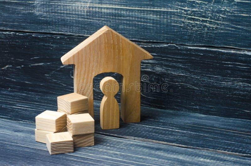 Een persoon verzamelt dingen in dozen en bewegingen aan een ander huis A stock foto's