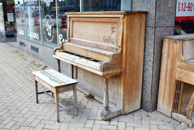 Een piano op een stoep in Nieuw Albany, Indiana royalty-vrije stock afbeelding