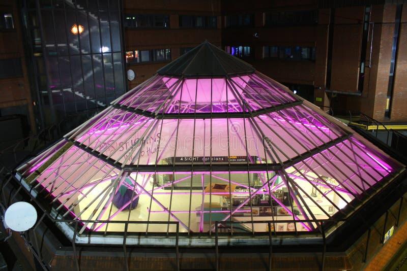 Een piramide van het neonglas op het dak van een winkelend centrum in Leeds, het UK stock fotografie