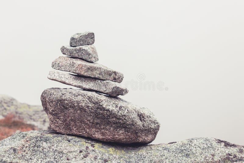 Een piramidestenen, het concept kalmte en vrede stock afbeeldingen