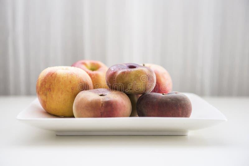 Een plaat van fruit stock afbeeldingen