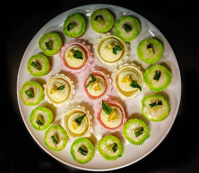 Een plaat van geassorteerd cupcakes stock afbeelding