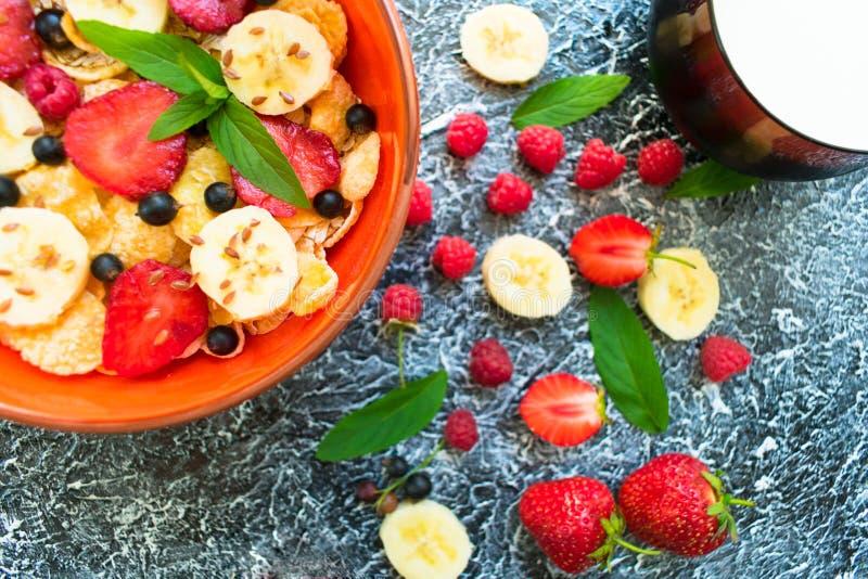 Een plaat van muesli met bessen, banaan en lijnzaad is verfraaid met muntbladeren Gezonde en gezonde ontbijt Hoogste mening royalty-vrije stock afbeelding