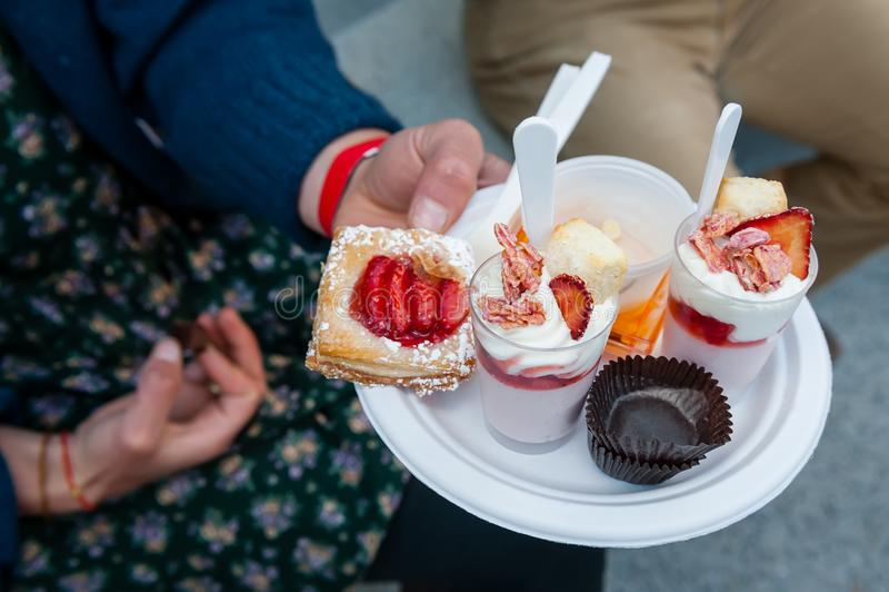 Een plaat van snoepje behandelt, gebakjes en parfaits bij een recep worden gediend die stock afbeeldingen
