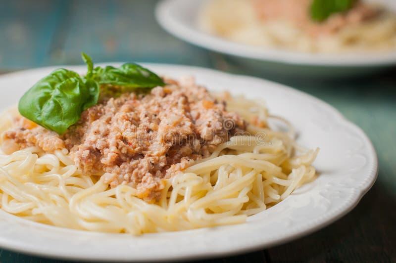 Een plaat van spaghetti met de romige saus van het tomatenvlees royalty-vrije stock foto's