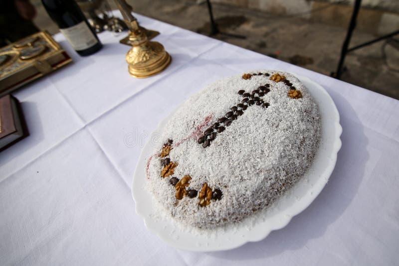 Een plaathoogtepunt met coliva, Roemeense traditionele cake maakte van gekookte die tarwe bij uitvaart wordt gebruikt, met een ch royalty-vrije stock foto's