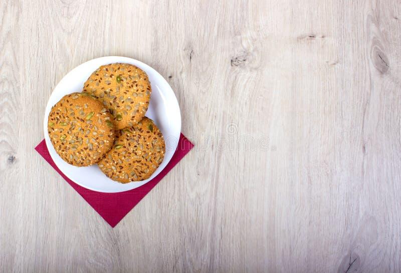 Een plaathoogtepunt van vers gebakken havermeel en rozijnenkoekjes stock fotografie