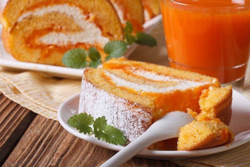 Een plak van heerlijke wortel rolt op een horizontale plaat, stock afbeelding