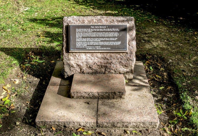 Een plaque in herdenking van mensen stierf in Piper Alpha-de ramp van het olieplatform, Hazlehead-park, Aberdeen, Schotland stock foto